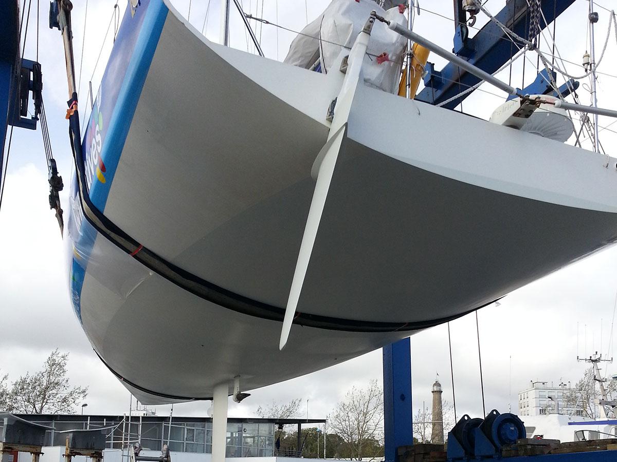 Roger 40 - préparation carène régate - retouche avant mise à l'eau - atout nautisme - chantier naval lorient